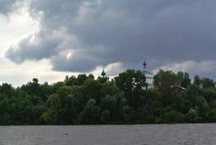 Die Wolga nahe der Stadt von Kineshma, Iwanowo-Region vastness Wolken volga Russische Landschaft Lizenzfreies Stockbild