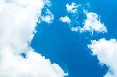 Die Wolke und der blaue Himmel Lizenzfreies Stockfoto