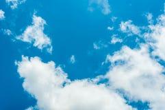 Die Wolke und der blaue Himmel Stockfotos