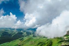 In die Wolken Stockbild