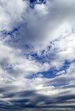 Die Wolken auf blauem Himmel. Lizenzfreies Stockfoto