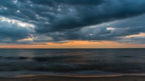 Die Wolken bedeckt das Meer am Abend lizenzfreie stockfotografie