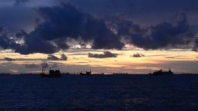 Die Wolken, die in Sonnenunterganghimmel mit Fischer schwimmen, versenden stock video footage