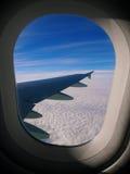 Die Wolken, Himmel und der Flügel Lizenzfreies Stockfoto