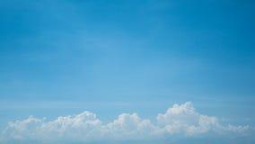 Die Wolken und der Himmel Stockbild