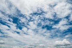 Die Wolken und der Himmel Lizenzfreie Stockfotografie