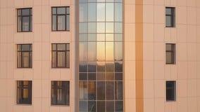 Die Wolkenkratzer ` s Fassade bei Sonnenuntergang rückwärts fliegen stock video footage