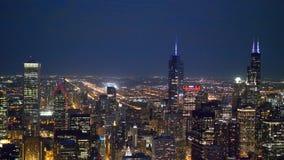 Die Wolkenkratzer von Chicago-Vogelperspektive bis zum Nacht stock video