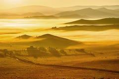 Die Wolkenmeer und Mongolian yurts auf der Steppe Lizenzfreie Stockfotos