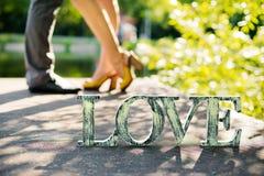 Die Wort Liebe über Liebhabern eines Fußes Stockbilder
