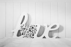 Die Wort Liebe mit Herzen lizenzfreies stockbild