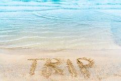 Die Wort Reise wird eigenhändig auf die Küste geschrieben Lizenzfreie Stockbilder