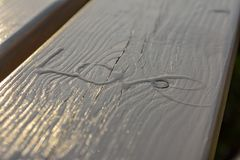 Die Wortliebe auf einem Holztisch, hergestellt mit schmelzendem Eis Blaues Meer, Himmel u Stockfoto