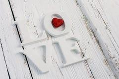 Die Wortliebe auf einer weißen Tabelle Stockbild