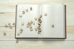 Die Wortliebe auf Hintergrund des Buches Stockbild