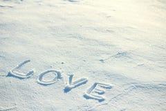 Die Wortliebe gezeichnet in den Schnee Lizenzfreies Stockfoto