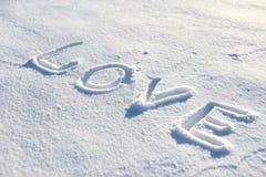 Die Wortliebe gezeichnet in den Schnee Stockbild