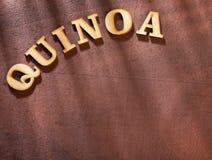 Die Wortquinoa in den hölzernen Buchstaben - Chenopodium-Quinoa Textraum lizenzfreie stockfotografie