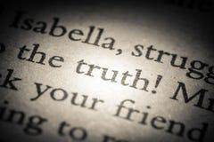 Die Wortwahrheit auf alter Seite in einem Nahaufnahmemakro des offenen Buches Weinlese, Schmutz, alt, Retrostilfoto lizenzfreies stockbild