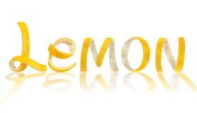 Die Wortzitrone wird von der Schale gemacht, lokalisiert auf weißem Hintergrund Stockfoto
