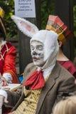 Die wütende Hutmacher-Teeparty Mann im Tierkostüm Stockbild