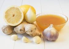 Die Wurzel des Ingwers und des Honigs auf weißem Holztisch Stockfotos