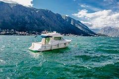 Die Yacht in der Bucht von Kotor Stockbild