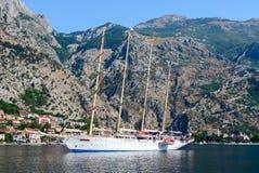 Die Yacht in der Bucht von Kotor, Montenegro Lizenzfreie Stockfotos