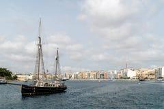 Die Yacht gegen den Hintergrund von Valletta Stockfotos