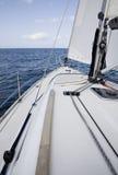 Die Yacht im hohen Meer Lizenzfreie Stockfotos