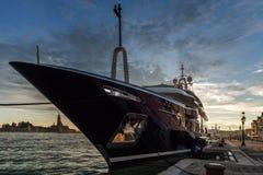 Die Yacht am Liegeplatz in Venedig lizenzfreies stockfoto