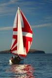 Die Yacht mit einem roten Segel nahe Insel. 2 Stockfotos