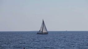 Die Yacht schwimmt in das Meer stock video