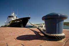 Die Yacht und der Anlegeplatz Stockbild