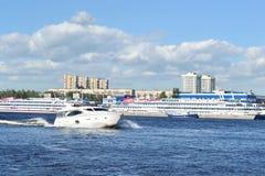 Die Yachtsegel entlang dem Neva Fluss Lizenzfreies Stockfoto