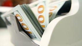 Die Zählungsmaschine zählt viele Rechnungen für hundert amerikanische Dollar einer neuen Probe Die Zählung des Geldes stock video footage