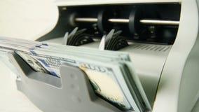 Die Zählungsmaschine zählt viele Rechnungen für hundert amerikanische Dollar einer neuen Probe Die Zählung des Geldes stock video