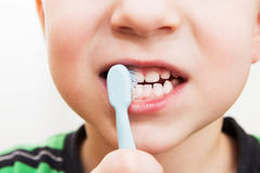 Die Zähne des Kindes mit einer Zahnbürste Lizenzfreie Stockfotografie