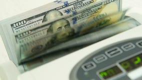 Die Z?hlungsmaschine z?hlt viele Rechnungen f?r hundert amerikanische Dollar einer neuen Probe Die Z?hlung des Geldes stock footage