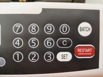 Die Z?hlungsmaschine z?hlt viele Rechnungen f?r hundert amerikanische Dollar einer neuen Probe Die Z?hlung des Geldes Das Konzept lizenzfreie stockbilder