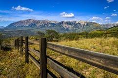 Die zackigen Berge im Fall Stockfoto