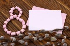 Die Zahl-acht zeichnete mit rosa Eibischgrüngeschenkbox mit purpurroten Bandfrühlingsniederlassungen mit Knospenpapier mit Raum f Stockfotos