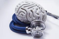 Die Zahl auf dem Gehirn wird eingeschaltet in ein gewundenes Rohr des Stethoskops mit chestpiece verdreht, das, wie es auf das me stockfotos
