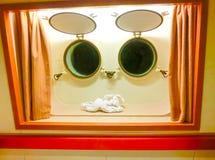 Die Zahl des Tuches gegen zwei Fenster in der Kabine Lizenzfreies Stockfoto