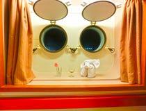 Die Zahl des Tuches gegen zwei Fenster im Kabinenkreuzschiff Stockfotografie