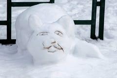 Die Zahl einer Katze gemacht vom Schnee Augen, Bärte, Mund von Zweigen Stockfotos