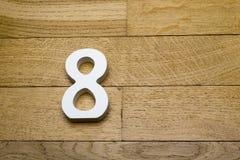 Die Zahlen sind acht auf dem hölzernen, Parkettboden Stockfotos