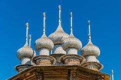 Die zehn-köpfige Krone der orthodoxen Kirche der Fürbitte von der heiligen Jungfrau auf Kizhi-Insel Das einzigartige Volkshölzern lizenzfreie stockfotografie