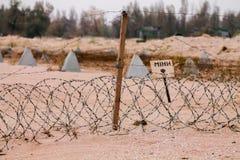 Die Zeichen Bombe auf der Küste der Bombenbereich des Ufers Bombenübersetzung vom ukrainischen Text lizenzfreie stockfotografie