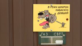 Die Zeichen ` Gefahr! Verärgertes Hund-` stockbilder
